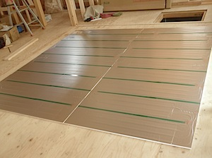 床暖房の配管パネルの設置の様子です。 熱源はガス給湯器で、電気式の床暖房より発生する熱カロリーが多いという特徴があります。 そのため立ち上がりが早く、すぐに暖かくなるというメリットがあります。 反面細かいコントロールが利 […]