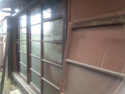 茅ヶ崎市の「W」様からサッシ交換の依頼をいただきました。 台風等、風の強い夜ではガラス戸ががたつく音で眠れない。ということでした。 木製サッシ建具では、年数によってだんだん建具が乾燥してやせてきたり、すり減ってきて 建具 […]