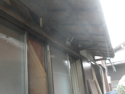 茅ヶ崎市の「W」様邸には、サッシの上に欄間があります。 こちらの欄間ガラスの入れ替えも依頼されましたので取り替えをします。 欄間のガラスはせいぜい高さが400ミリ程度で庇の下でもありますし、 スペースがなく、手で持ち上げ […]