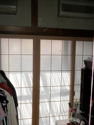 藤沢市の「T2」様邸ではペットの猫の爪研ぎで、障子、襖が大分傷んでしまっていました。 障子は格子がほとんど外れている部分があります。 また、襖は紙製ですから、爪の跡が表にも裏にも出てしまっています。 お困りということで、 […]