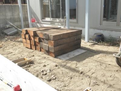 茅ヶ崎市「I3」邸の公私境界、道路境界に塀として枕木を使います。 通常は埋め込んで使いますが、こちらの茅ヶ崎市「I3」邸では 鉄筋コンクリート(RC)の小規模擁壁の上に立てる仕様となっています。 私どもは肌のきれいな物を […]