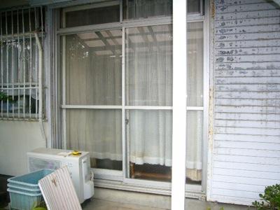 横浜市栄区の「N2」様より、雨戸交換のご依頼をいただきました。 私の年齢と建物の築年数がほとんど同じくらいです。 ハウスメーカーのアフターサービス担当者と疎遠になった事と、 以前私の方で少々のリフォームをさせていただいた […]