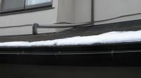 横浜市栄区「T2」様邸の修理に伺いました。 なんでも、玄関上の樋が外れて、雨がかかるのでなんとかしてほしいとの事でした。 伺ってみると、這樋が外れて浮き上がっています。 木造住宅は樋の固定等に動線の細いものを使いますから […]