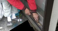 茅ヶ崎市の「K4」様邸では、木製雨戸レールの雨戸がガタツクという修理もあります。 例によって木製雨戸レールはUの字状に中央部分が凹んでしまい、滑らかに閉まりません。 加えて以前の雨戸の下の戸車も樹脂製ですから、摩耗(すり […]