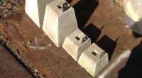屋外での簡単な独立柱を受ける(乗せる)ための石材です。 基礎を作るほどでもない時に使います。通称沓石(くついし)と言います。 沓石中央に有るミゾに柱のホゾ(柱を一部伸ばした部分)を入れ、金具のビス穴を使い固定します。 ー […]