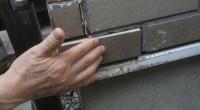 鎌倉市の「O3」様邸の修理の見積もりで訪問した時のお話です。タイルが剥がれてしまったので 見てほしいと言う事でタイルを仮に当てはめてみたところ段差が元通りになりません。 断面を見てみると台形の凹みがあります。その凹みで外 […]